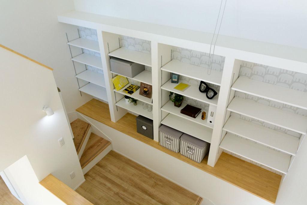居心地の良い繋がりのある住まい・階段の図書スペース