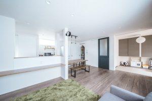 能と動線効率の良い家のリビングの和室